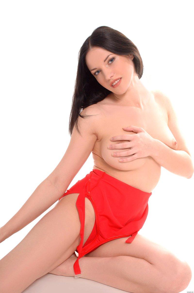 Похотливая красавица на камеру секс фото