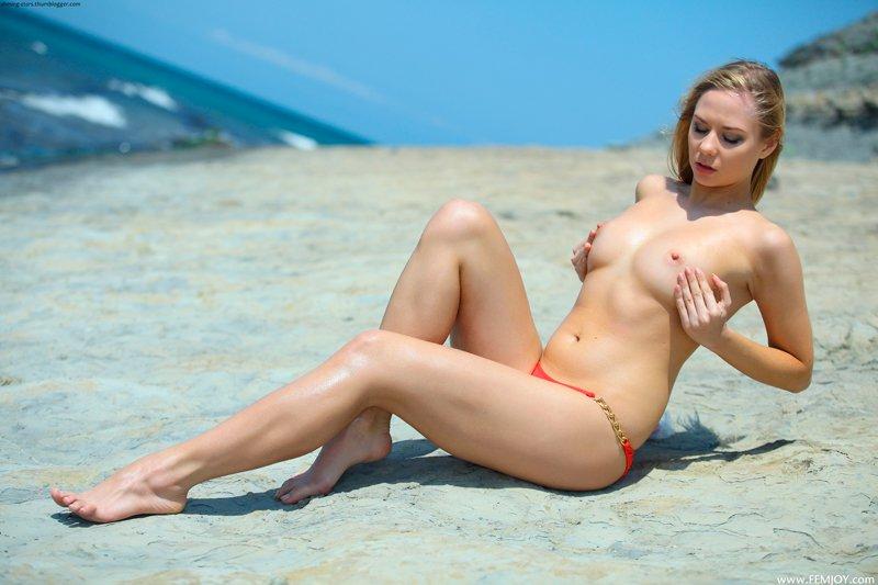 Красивая девушка на скалистом берегу