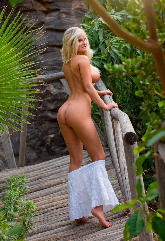 Фото сучки со свелыми волосами с красивой грудью секс фото