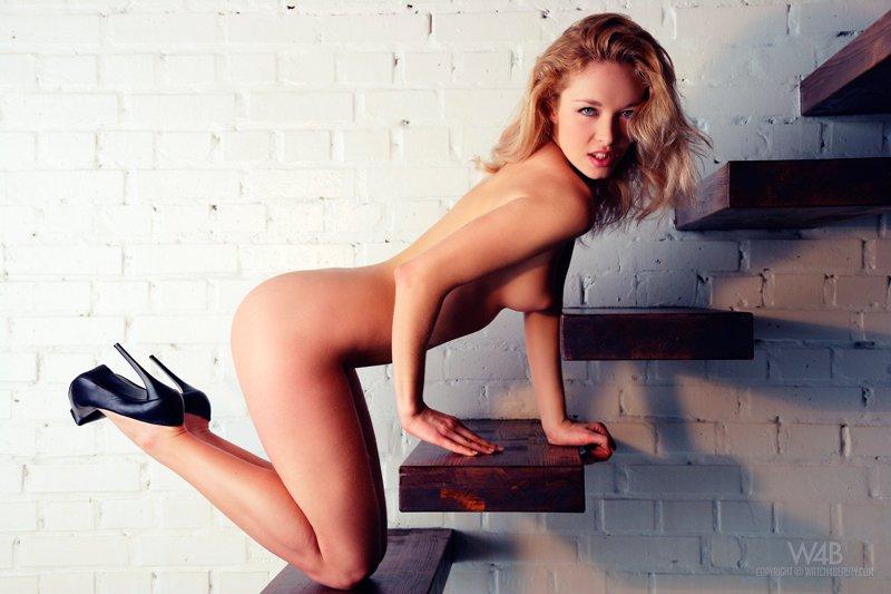 Фото блондинки в красных чулках