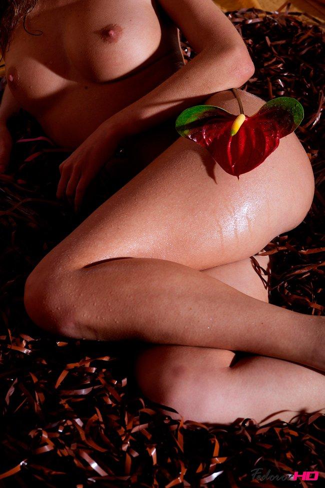 Эротические фото девушки с цветком