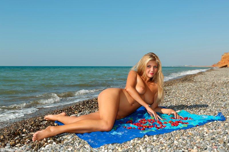 Фото красивой блондинки у моря