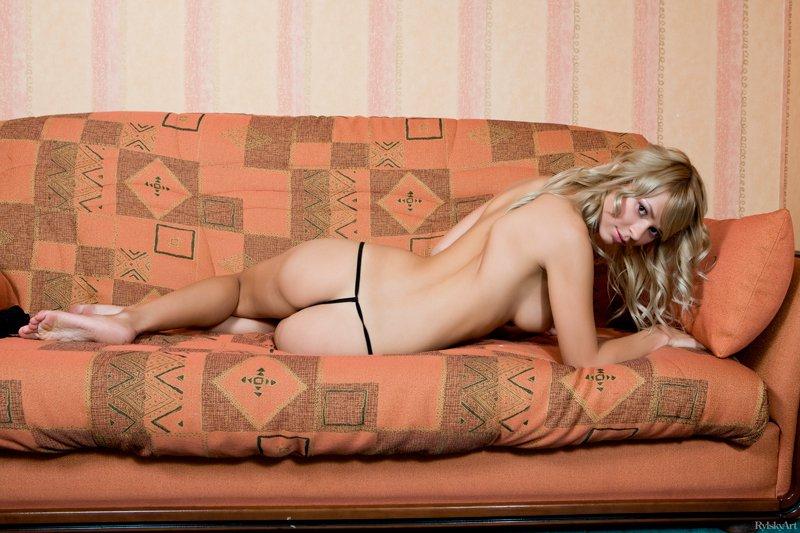 Фото блондинки в черном