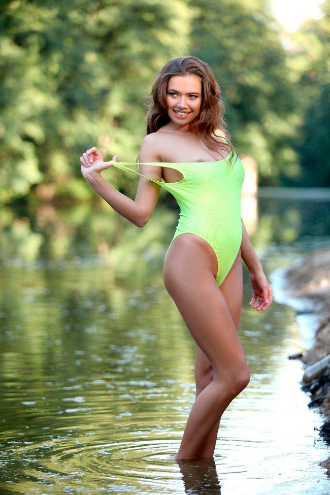 Фото красивой брюнетки на озере