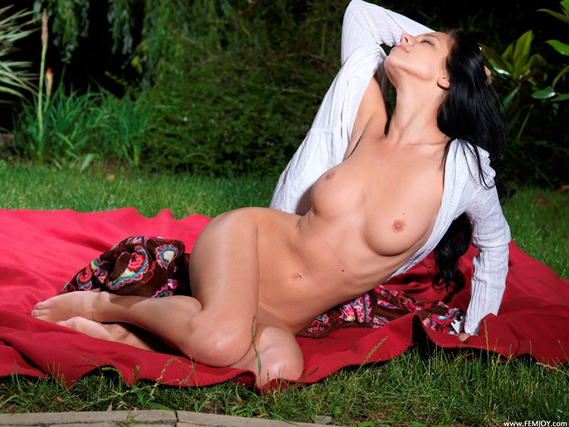 Секс фото брюнетки на поляне секс фото