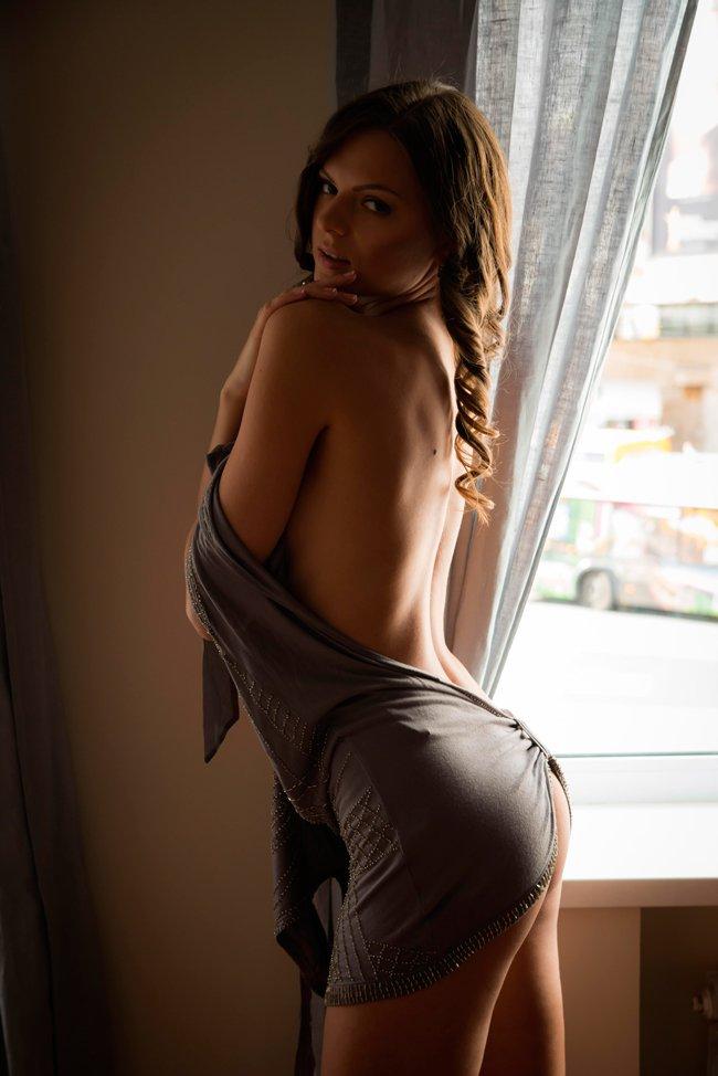 Возбуждающие картинки красавицы у окна секс фото