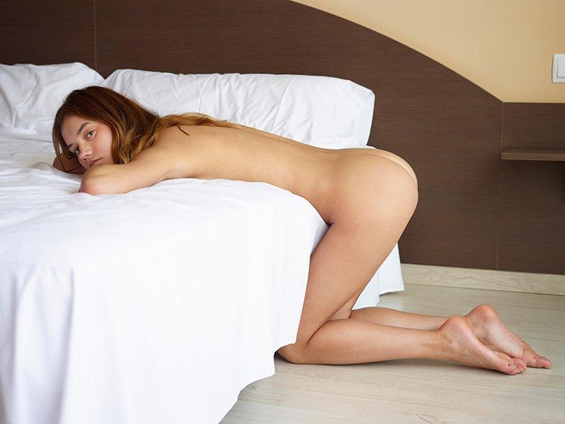 Фото девушки на кровати
