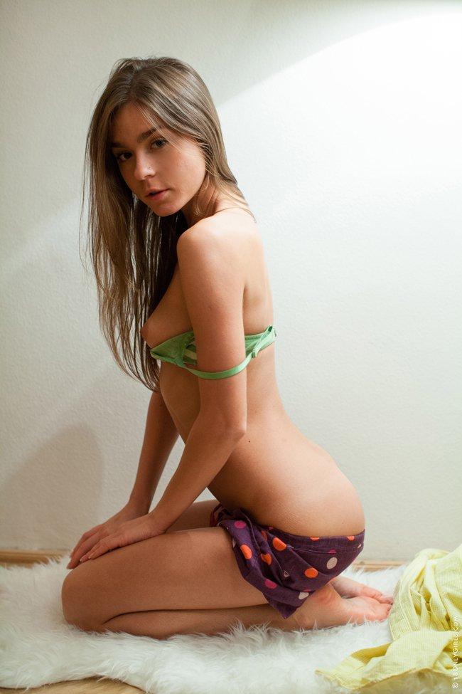 Эротические фото девушки под лампой