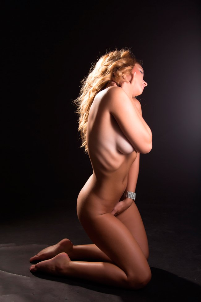 Эротические фото блондинки в темной комнате