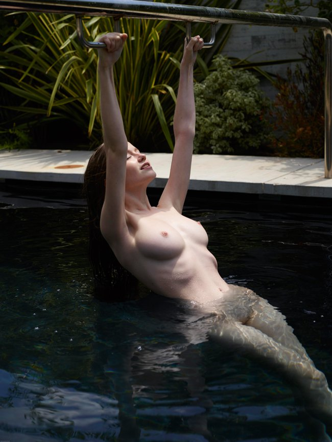 Фото ню девушки в воде