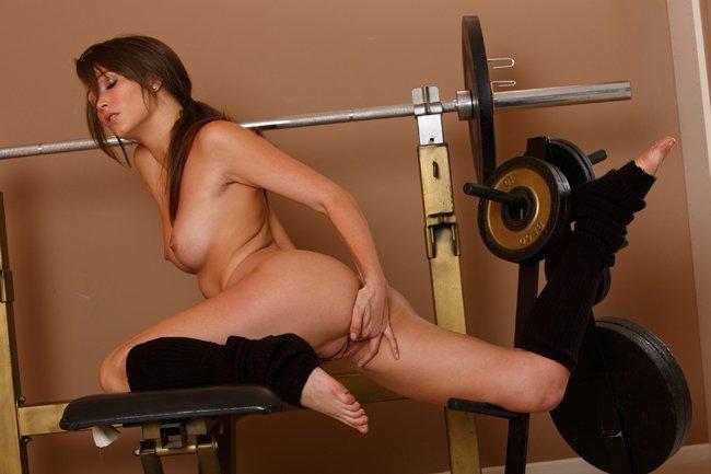 Эро фотки брюнеточки в спортзале