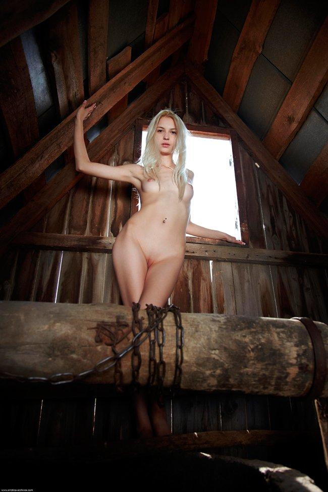 Снимках ухоженной блондинки на чердаке