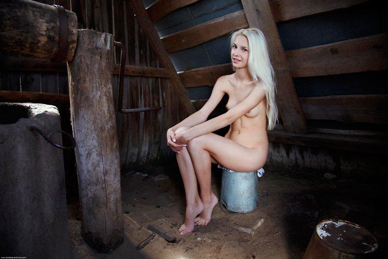 Секс с блондинкой на чердаке онлайн