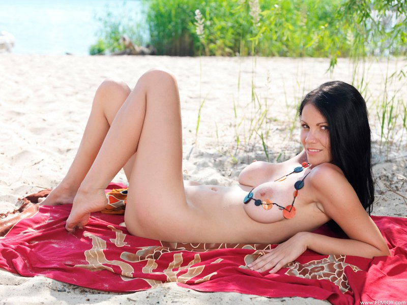 Фото шатенки на песке смотреть эротику