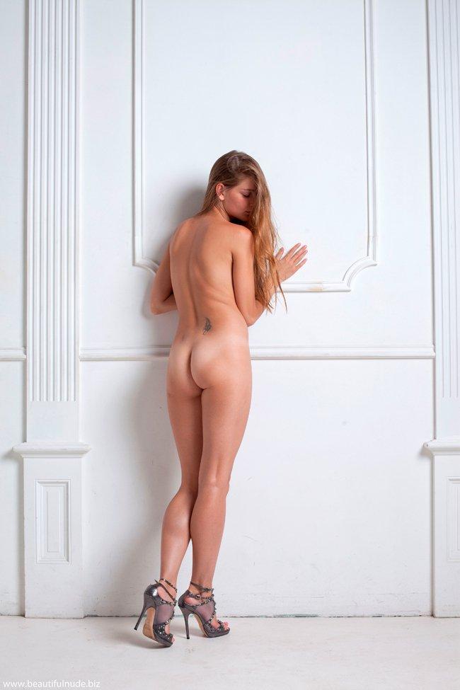 Фотографии голенькой тёлки у стены