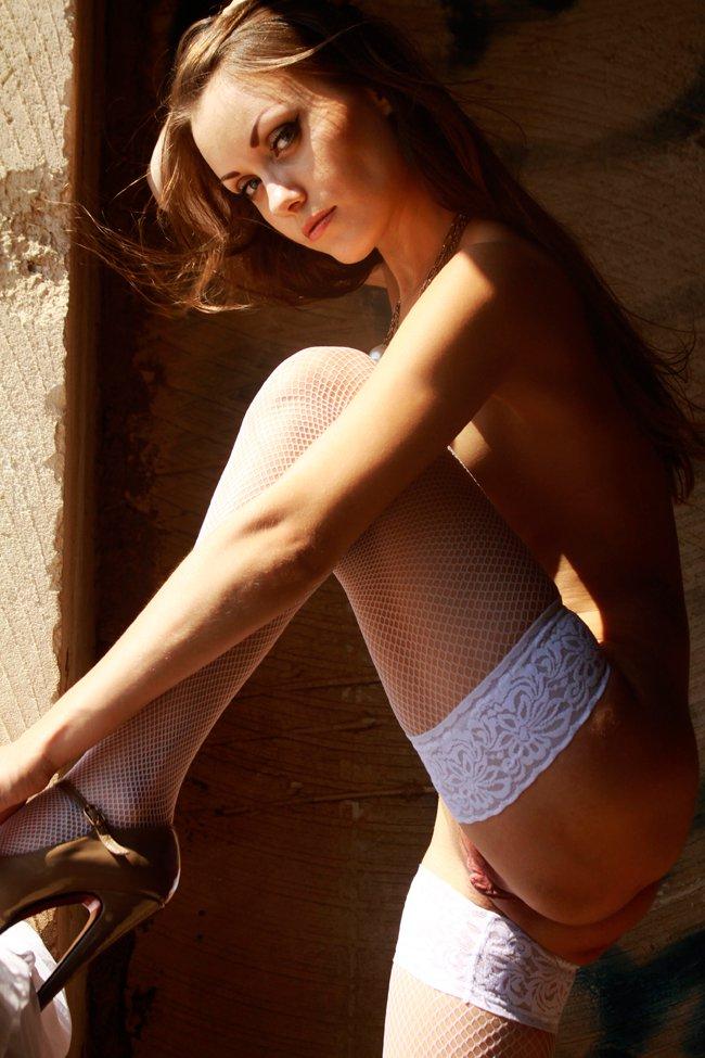 Фото девушки в заброшенном доме