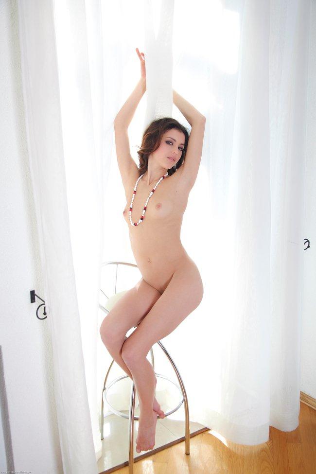 Эро картинки проститутки на высоком стуле