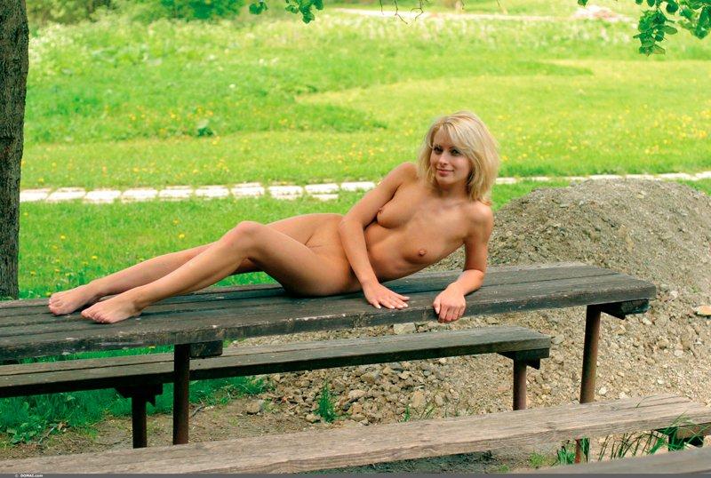 Фото голой блондинки на природе