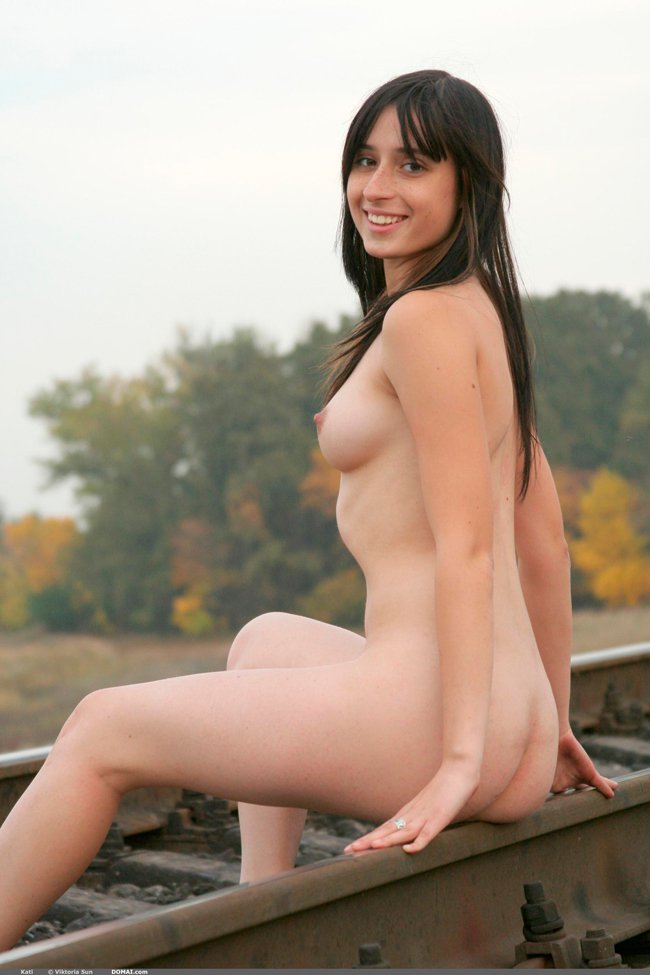 Фото брюнетки на железной дороге