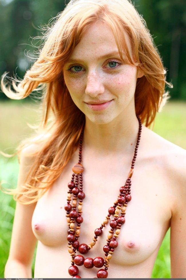 Фото рыжей девушки на поляне