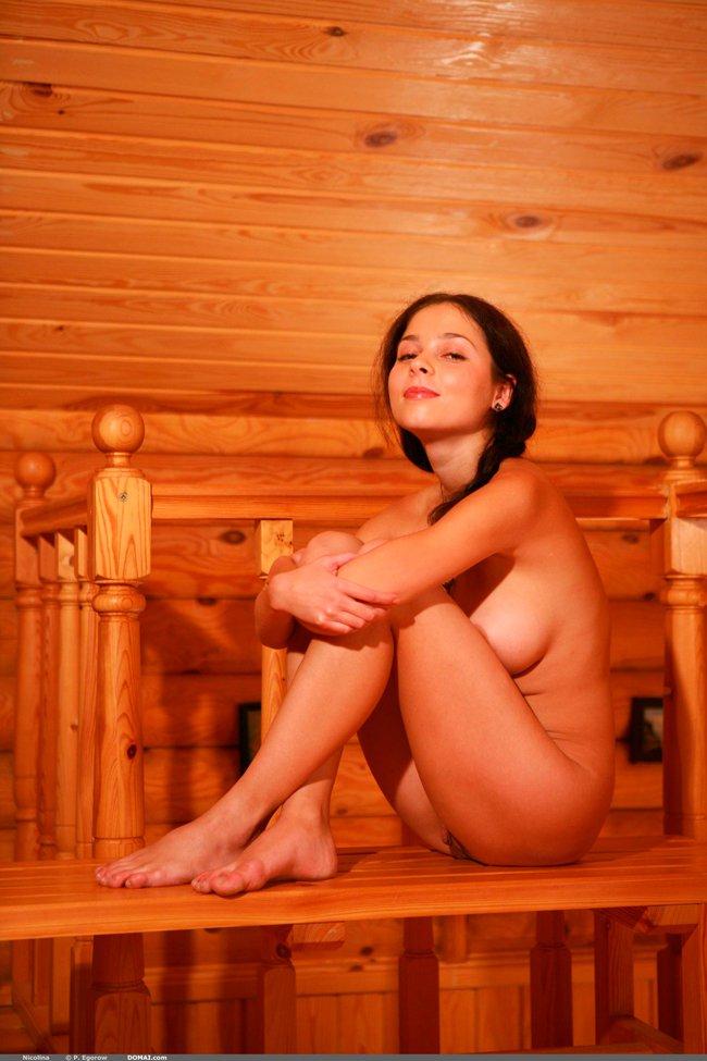 Эротические фото девушки в деревянном доме