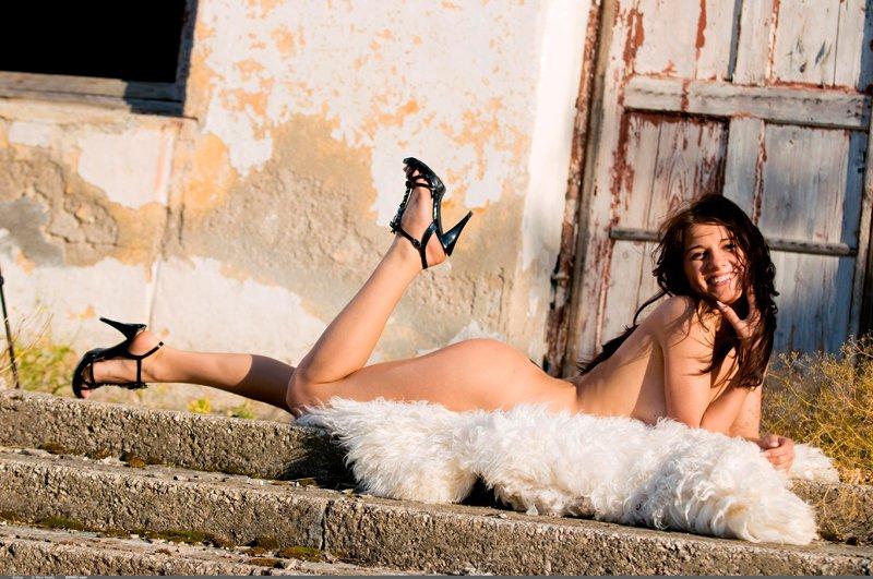 Эротические фото брюнетки на ступеньках