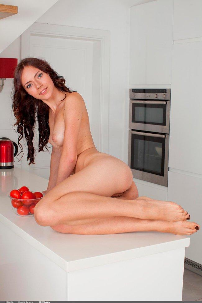 Фотки эротики девушки на кухне