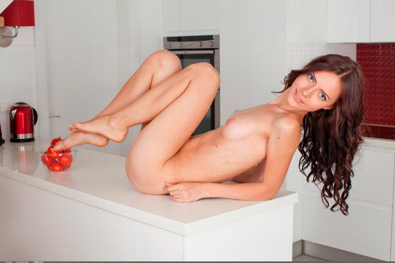 Эротические фото девушки на кухне