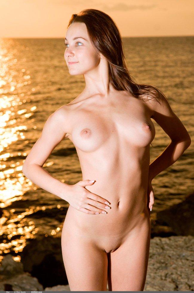 Фото ню брюнетки у моря