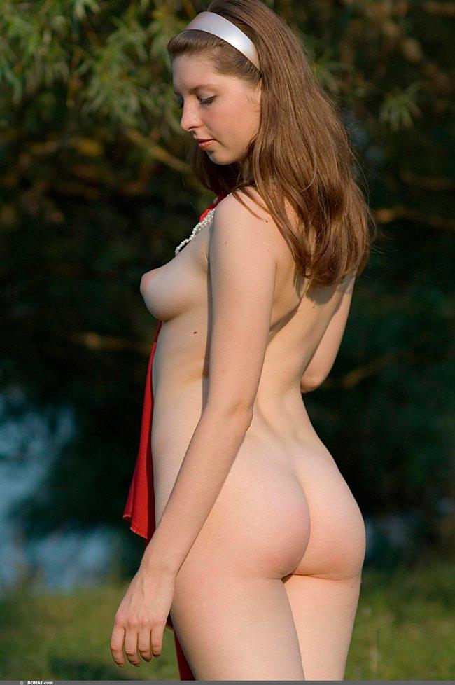 Секс фото голой девушки на поляне