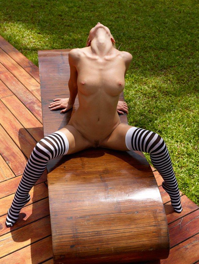 Эротические фото блондинки в полосатых чулках
