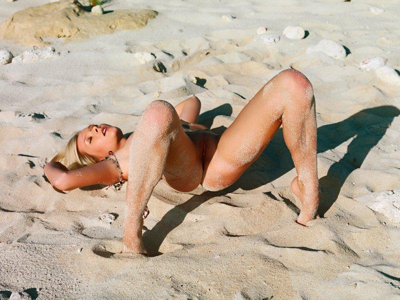 Фото ню - светловолосая девушка на тропическом песке