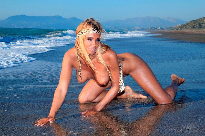Фото эротика - девушка с большой грудью в океане