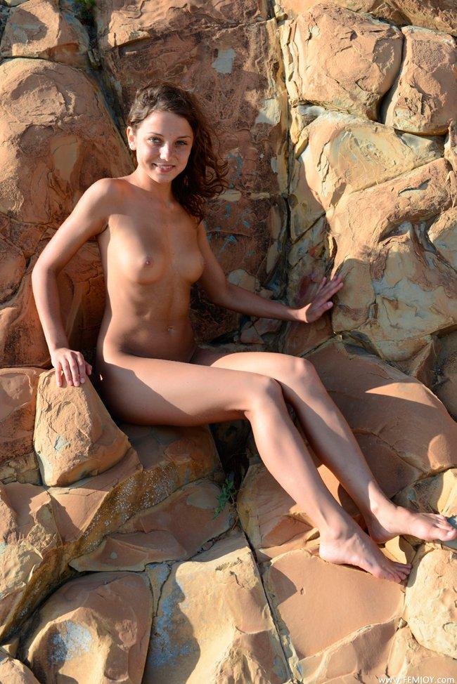 Фото девушки на камнях