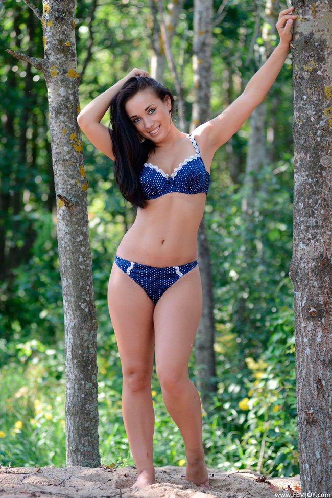 Эротические фото брюнетки в лесу