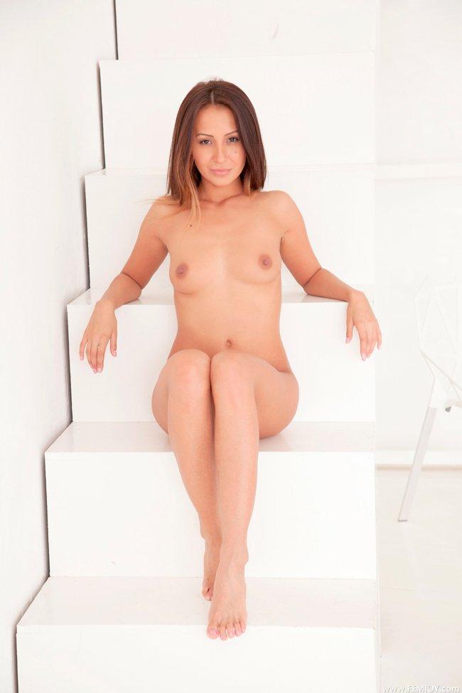 Фото девушки на белоснежных ступенях