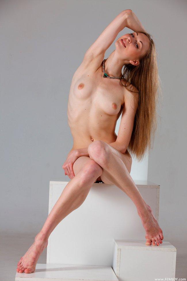 Фото эротика - девушка на кубиках