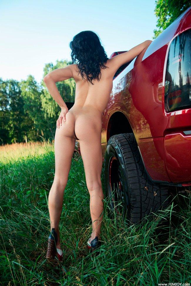 Эротические картинки брюнеточки на красной машине