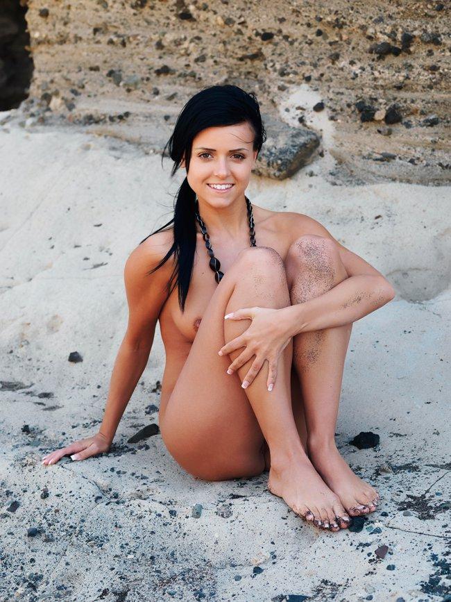 Фото девушки возле скалы