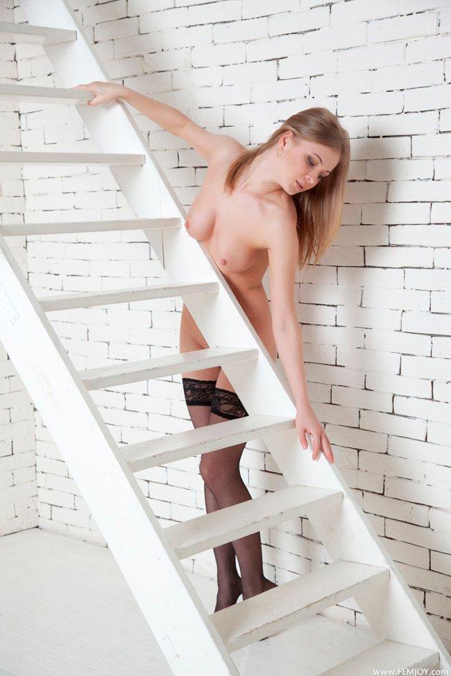 Эро фото - светловолосая девушка в черных чулках