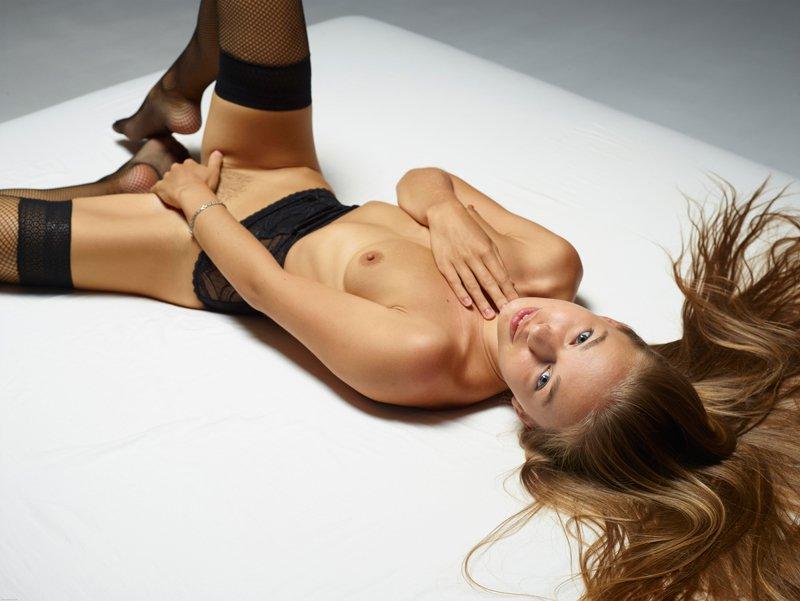 Эротические фото блондинки на матрасе