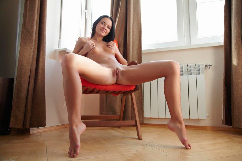 Секс фото - брюнетка в кресле