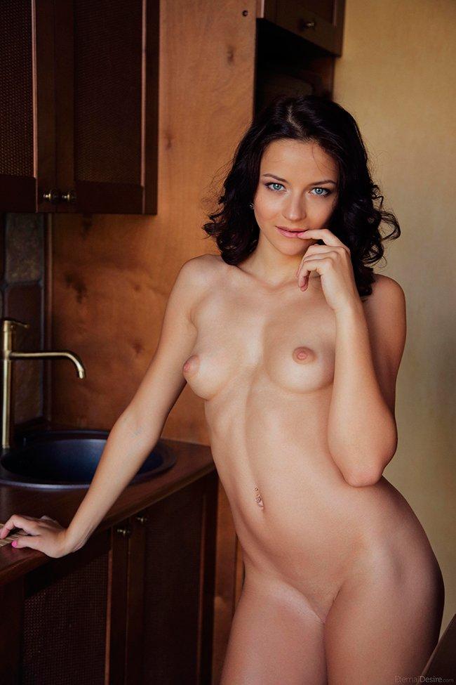 Секс фото - русая порноактрисса на кухне смотреть эротику