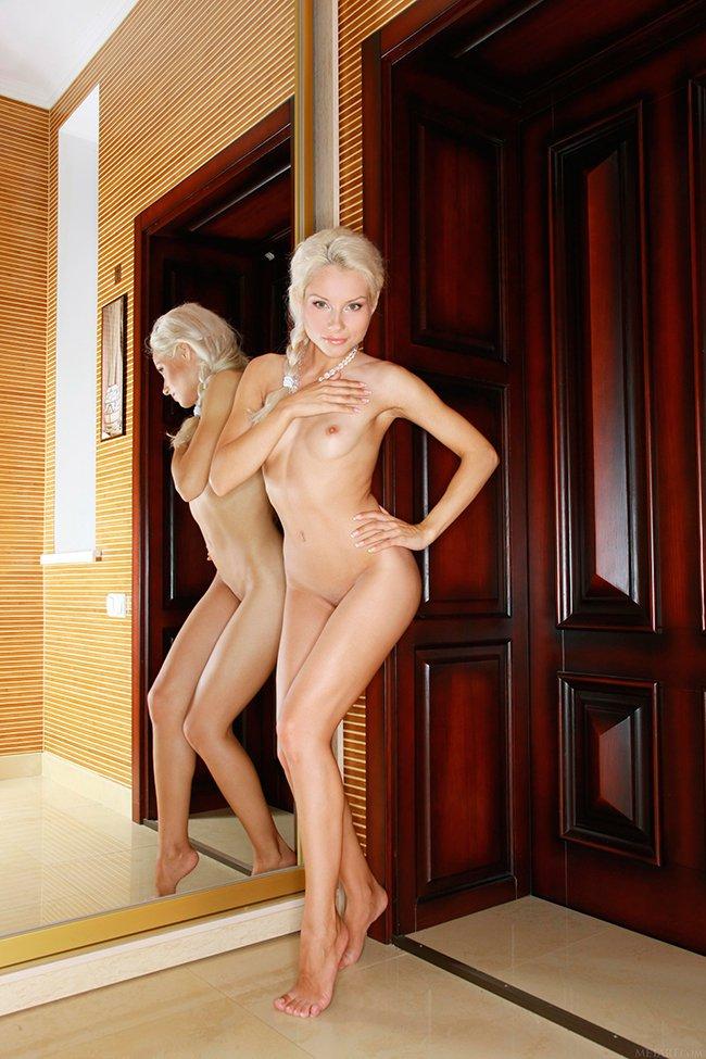 Эротические фото блондинки возле двери