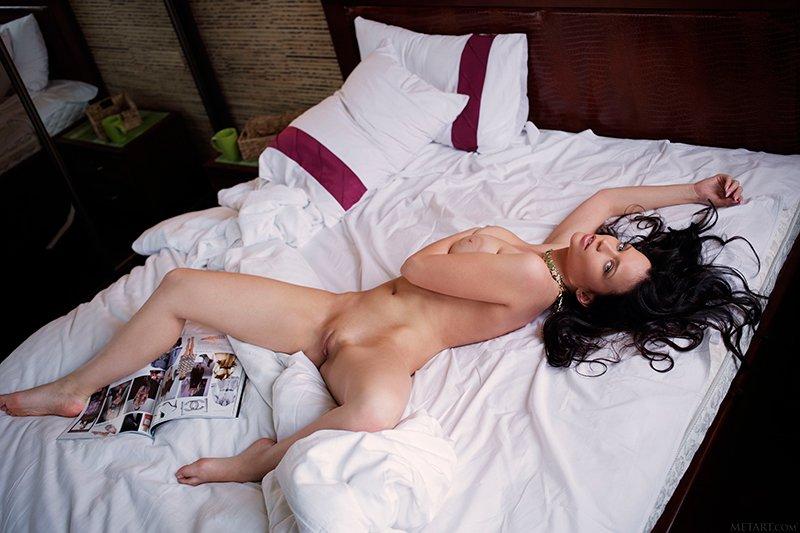 Эро-фото - брюнетка на кроватке