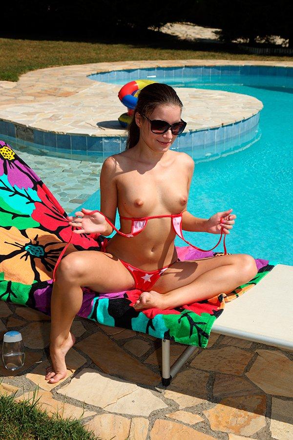 Эротика фото девушки в мини-бикини