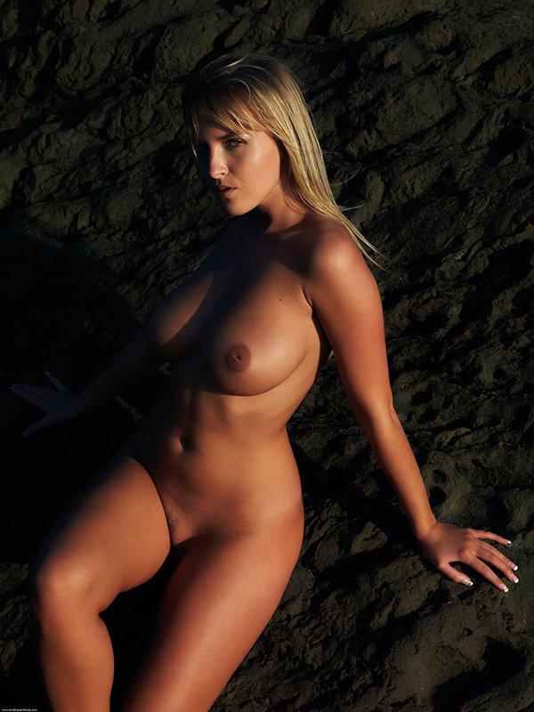Возбуждающие картинки милой блондиночки с огромной грудью