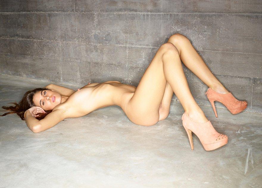 Эротические фото девушки с фотоаппаратом