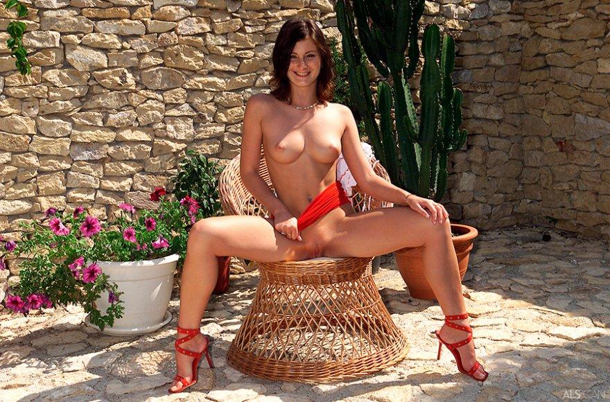 Изображение девки в плетеном кресле