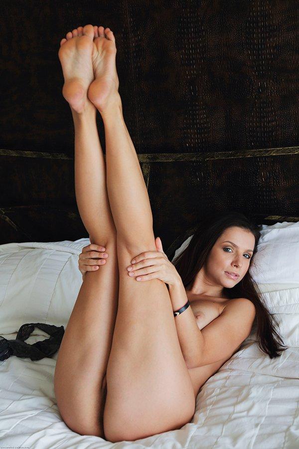 Эротика фото - красивая брюнетка на кровати